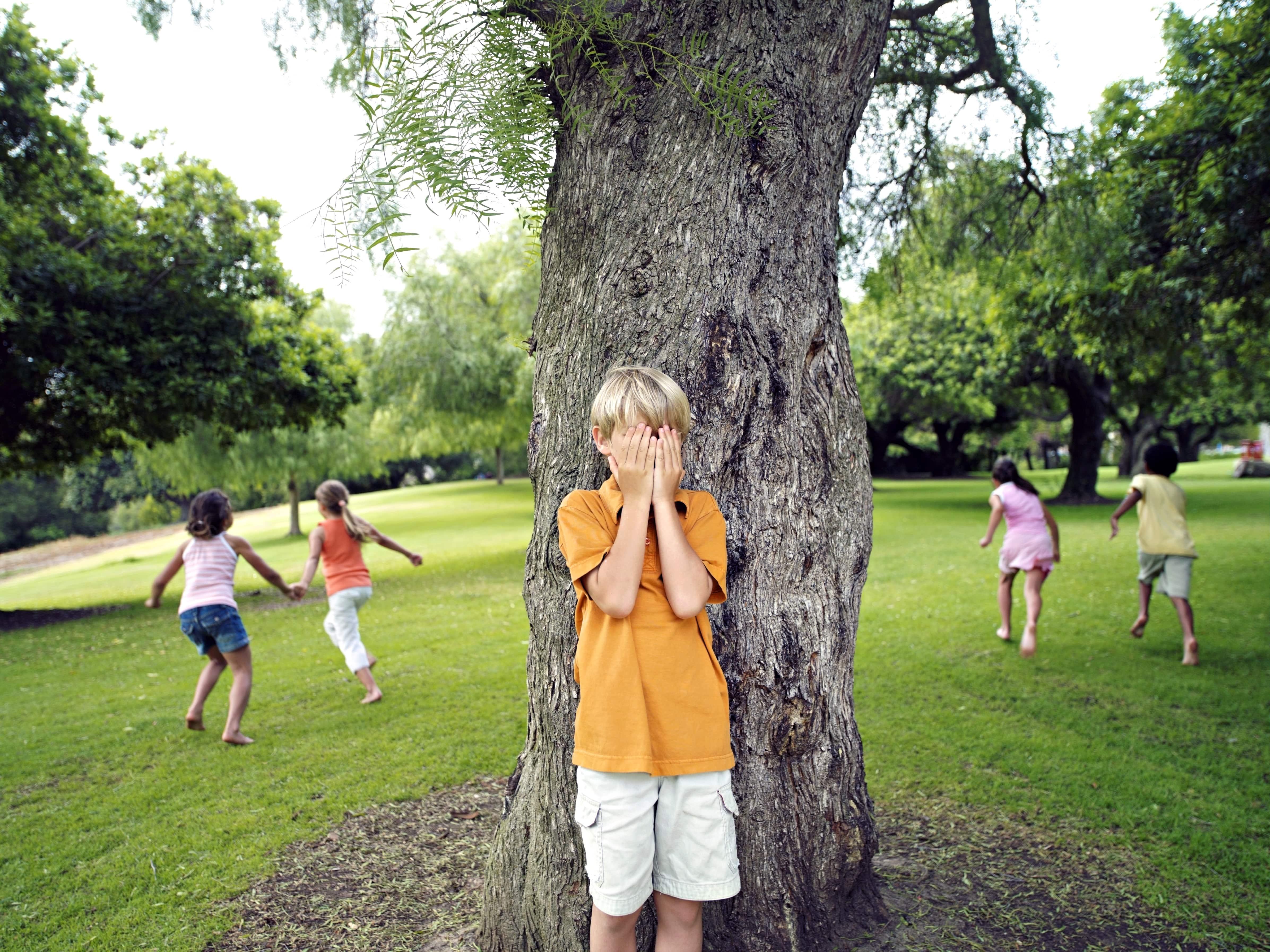 Crianças Brincando de Pique-Esconde no Parque