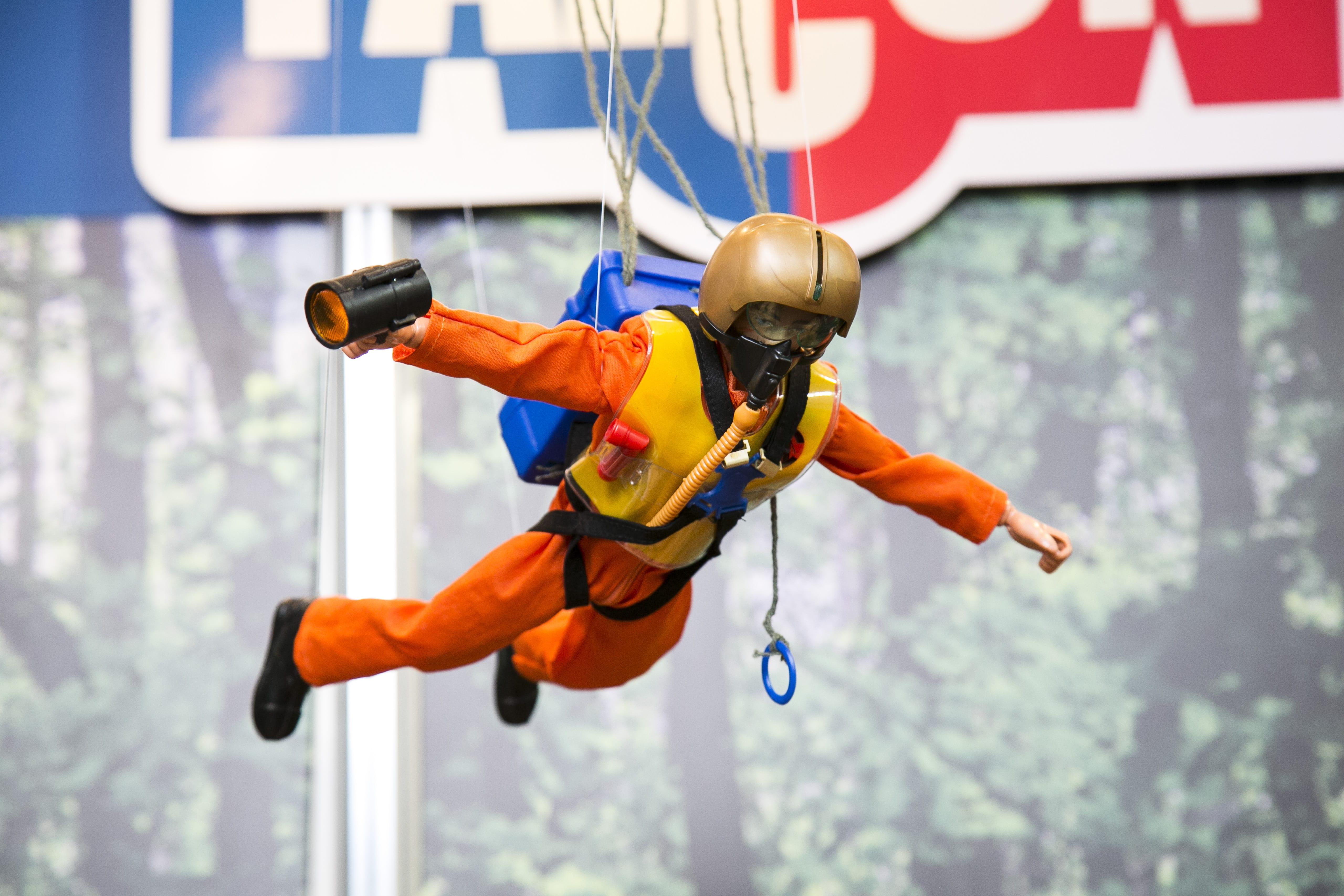 Boneco Falcon Salto Fantástico de Paraquedas