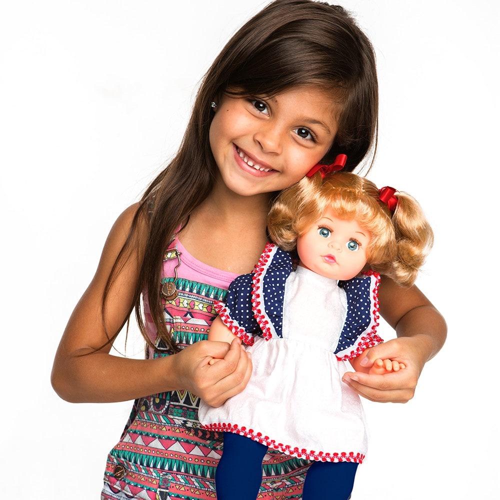 Criança segurando a Boneca Tip