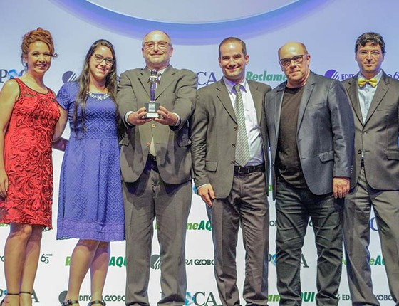 Representantes da Brinquedos Estrela recebendo o prêmio Época Reclame Aqui