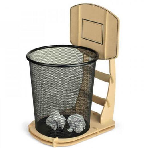 Cesta de basquete com lixeira de escritório e tabela de papelão