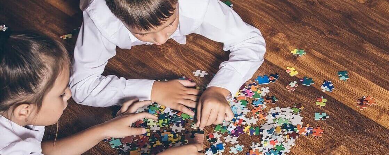 Meninos brincando com peças de quebra-cabeça