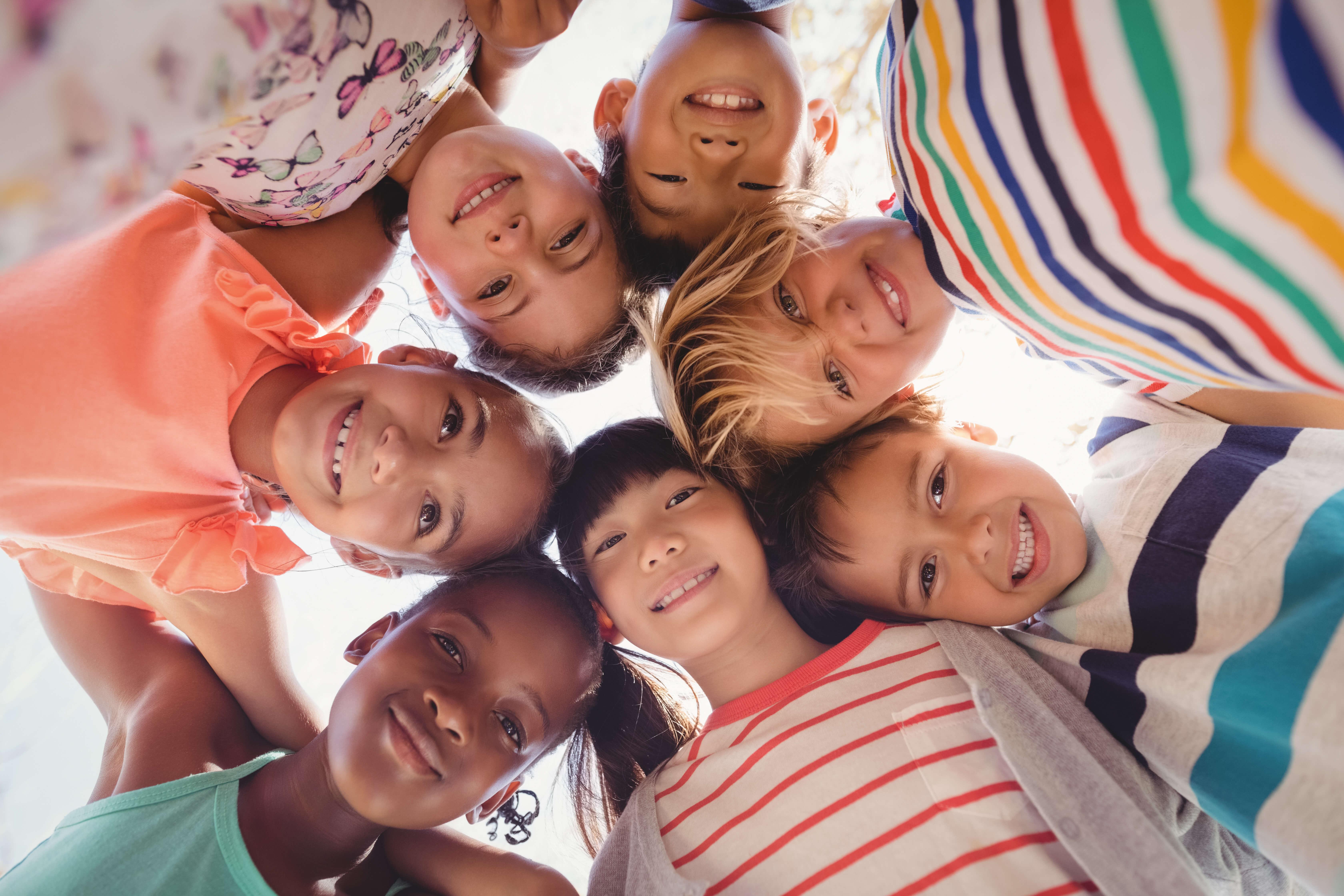 crianças abraçadas e sorrindo representando a importância do dia das crianças