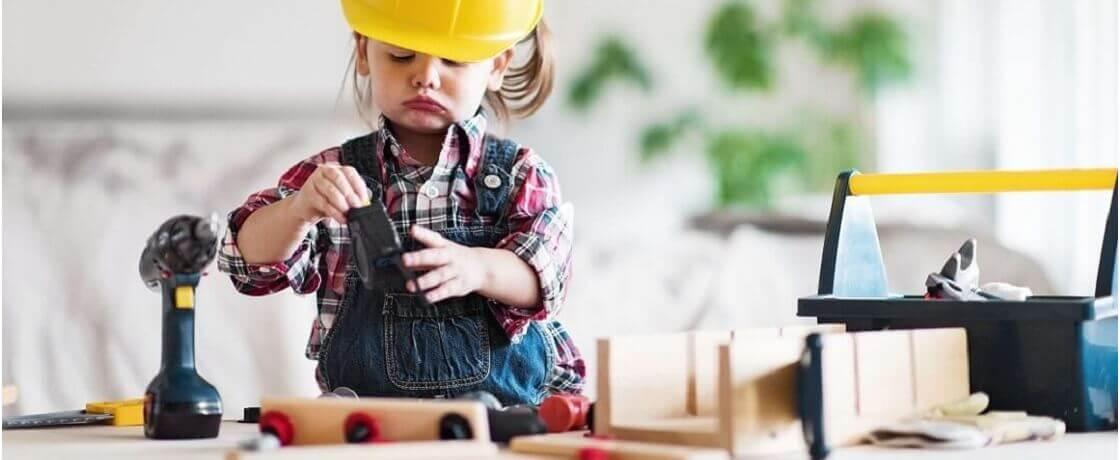 Menina brincando com brinquedos de montagem