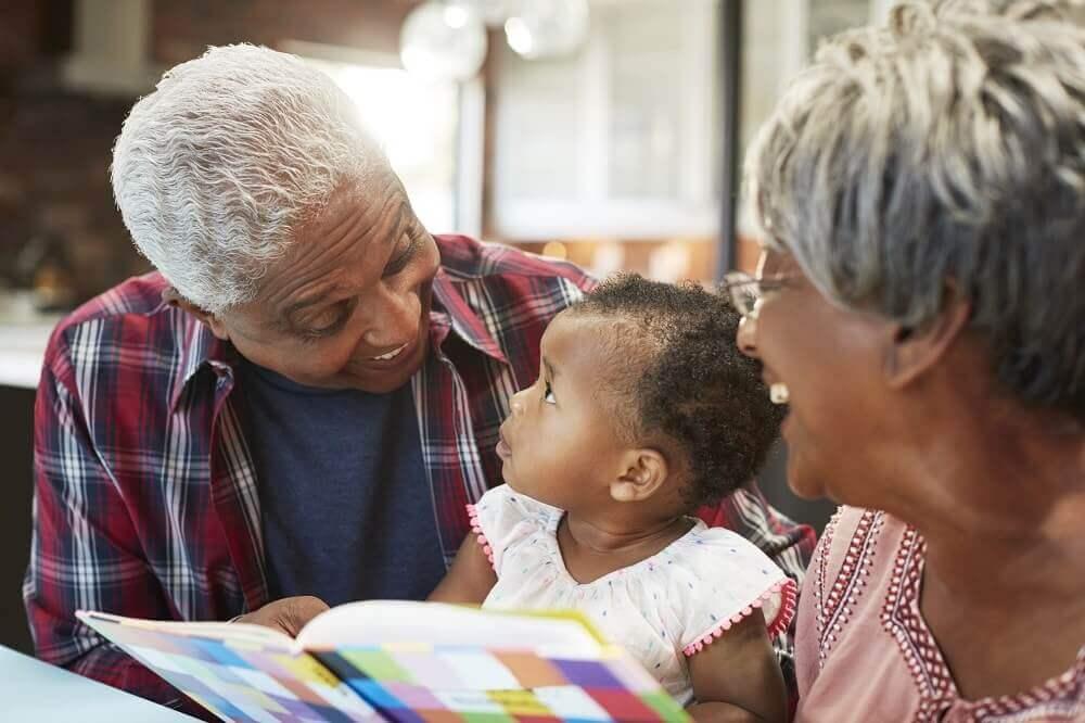 Avós contando histórias para bebê