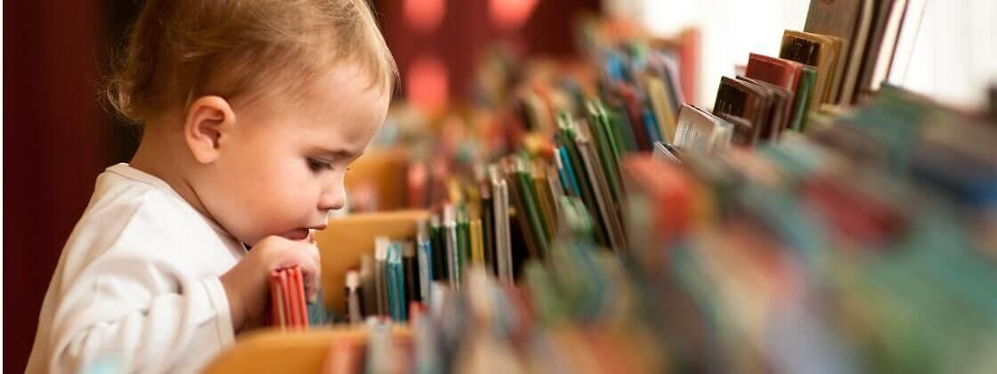 Bebê olhando livros