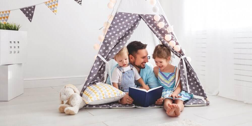 Pai contando histórias para os filhos numa cabana